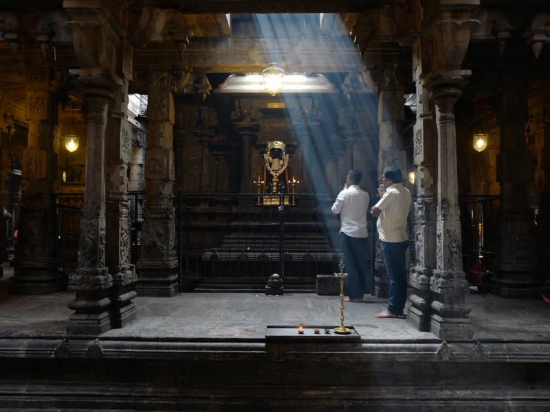 Fidèles dans un kovil au Sri Lanka