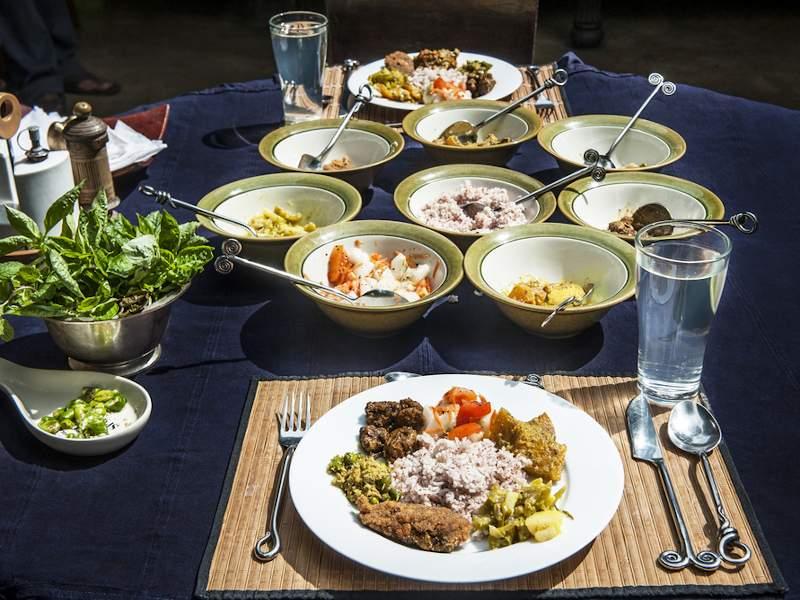 Diner végétarien et bio dressé sur une table dans un centre ayurvédique au Sri Lanka